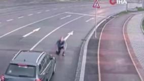 خودکشی عجیب یک مرد با پریدن جلوی ماشین !